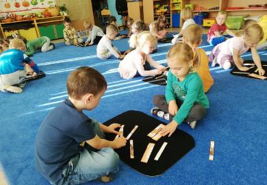 Obrazek galerii Jesienne zagadki Montessori w grupie Smerfów
