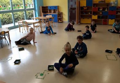 Obrazek galerii Dzieci z grupy IV podczas zajęć opiekuńczo- wychowawczych grają w Domino