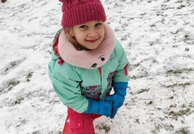 Obrazek galerii Zabawy Smerfów na śniegu