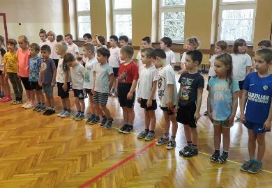 Obrazek galerii Gumisie biorą udział w lekcji wychowania fizycznego w SP25