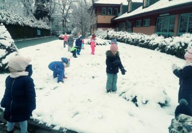 Obrazek galerii Pierwsze zabawy na śniegu Chochlików
