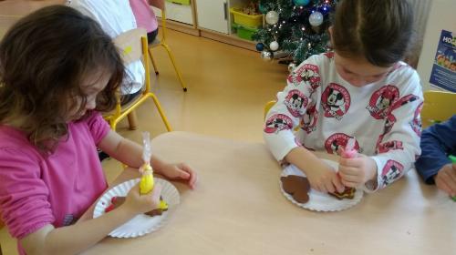 Obrazek galerii Muchomorki i Smerfy przygotowują pierniczki